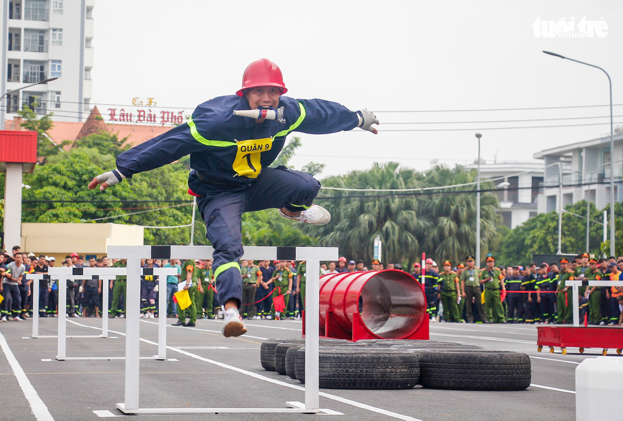 A firefighter participates in an obstacle race during a firefighting and rescue competition in Ho Chi Minh City, June 16, 2020. Photo: Chau Tuan / Tuoi Tre