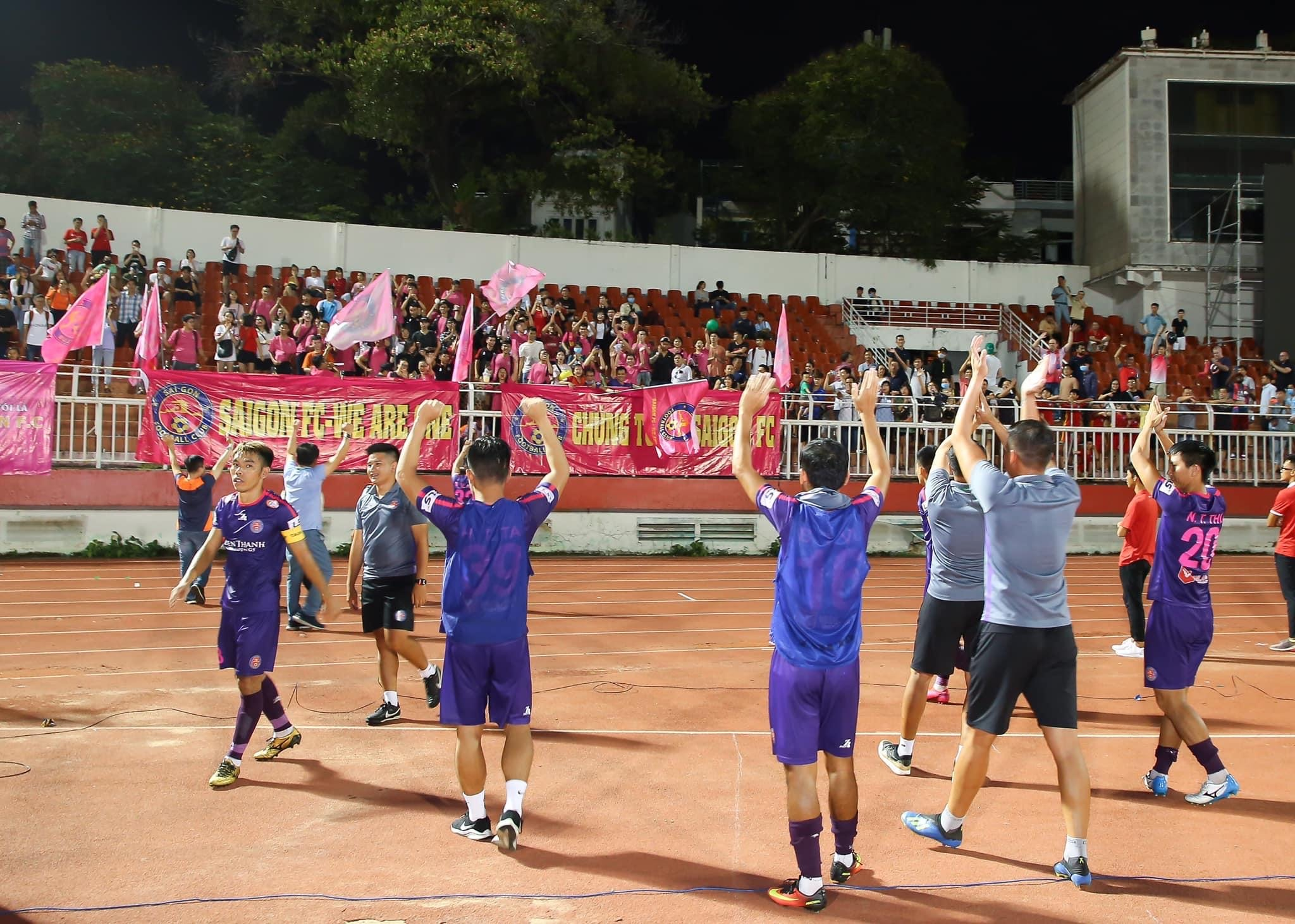 Players of Saigon FC wave at supporters after their game against Ho Chi Minh City FC at V.League 1's fourth round in Ho Chi Minh City, June 12, 2020. Photo: Dang Hoang / Tuoi Tre Contributor