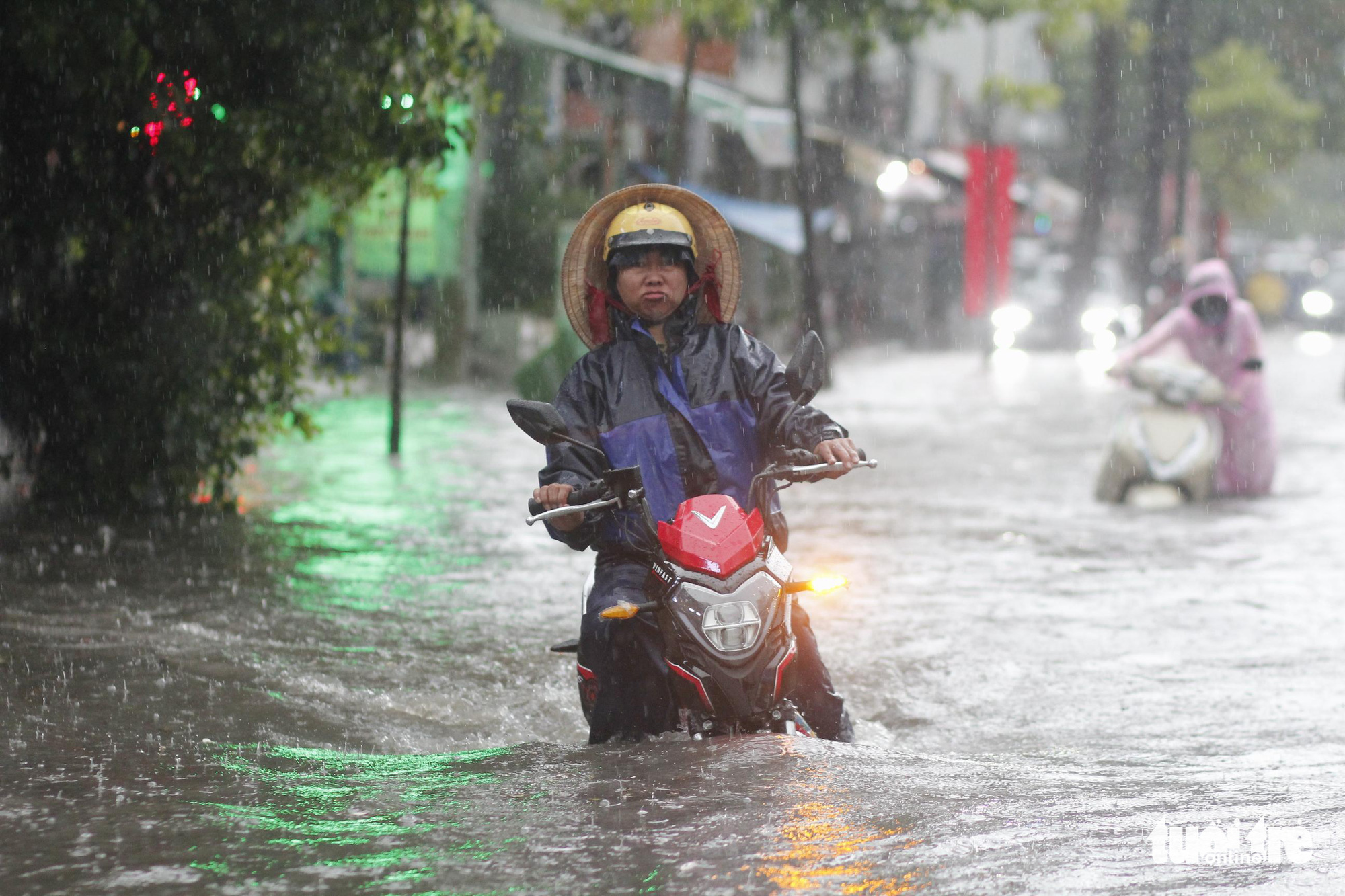 Commuters have a hard time traveling on a flooded street in Ho Chi Minh City, June 16, 2020. Photo: Chau Tuan / Tuoi Tre