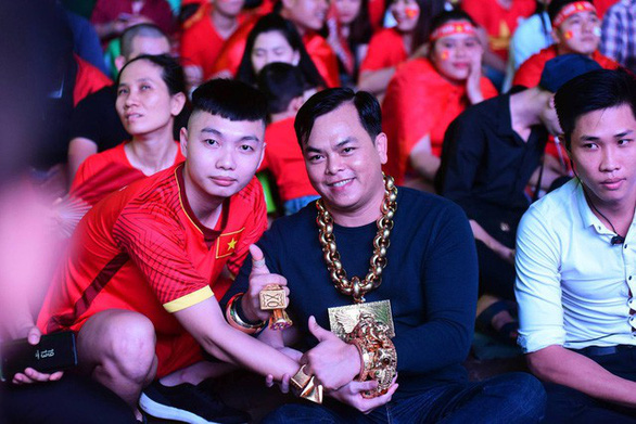 Phuc XO wears gold accessories at an event in Ho Chi Minh City in 2019. Photo: Duyen Phan / Tuoi Tre