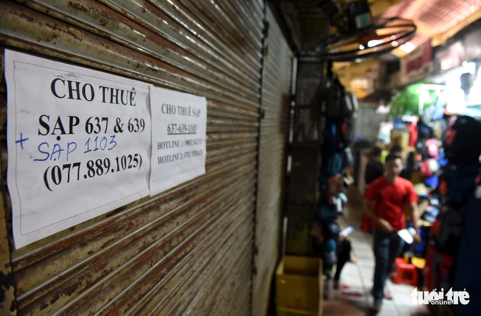 A seller puts his booth up for rent at Ben Thanh Market in Ho Chi Minh City the market has received almost no foreign tourists, the place's major customers, for months due to COVID-19. Photo: Duyen Phan/ Tuoi Tre