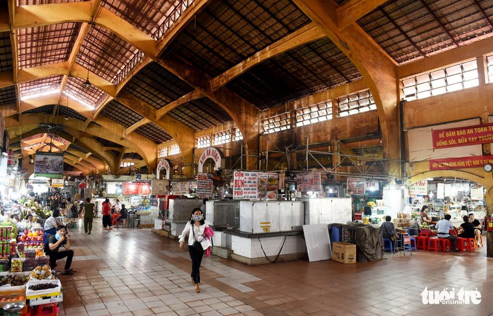 Once crowded Ben Thanh Market in Ho Chi Minh City's District 1 turns sparse in the morning of June 10, 2020. The market has received almost no foreign tourists, the place's major customers, for months due to COVID-19. Photo: Duyen Phan/ Tuoi Tre