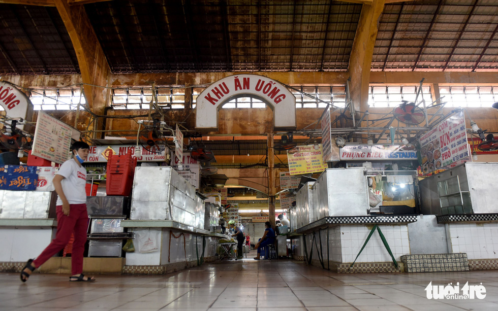 Most booths at the eating areas in Ho Chi Minh City's Ben Thanh Market have to close as the market has received almost no foreign tourists, the place's major customers, for months due to COVID-19. Photo: Duyen Phan/ Tuoi Tre