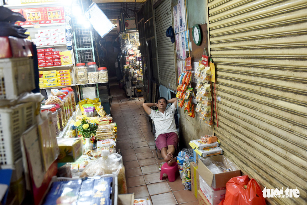 Nguyen Thanh Van, 43, a seller at Ben Thanh Market complains as the market has received almost no foreign tourists, the place's major customers, for months due to COVID-19. Photo: Duyen Phan/ Tuoi Tre