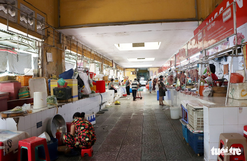 Groceries booths have seen an over 60 percent loss in the number of customers compared to before. Photo: Khanh Tran/ Tuoi Tre