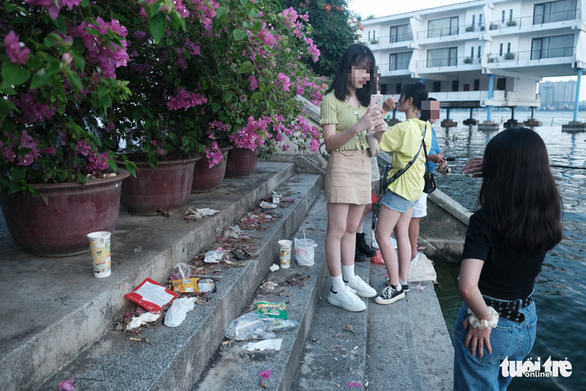 Trash is seen on the steps in a lakeside neighborhood of an emerging Instagrammable spot down Alley 5 on Tu Hoa Street in Hanoi's Tay Ho District. Photo: Song La / Tuoi Tre