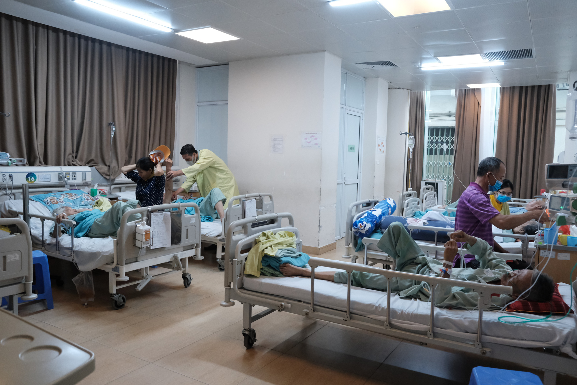 Elderly patients are treated at the National Geriatric Hospital in Hanoi, June 23, 2020. Photo: Mai Thuong / Tuoi Tre