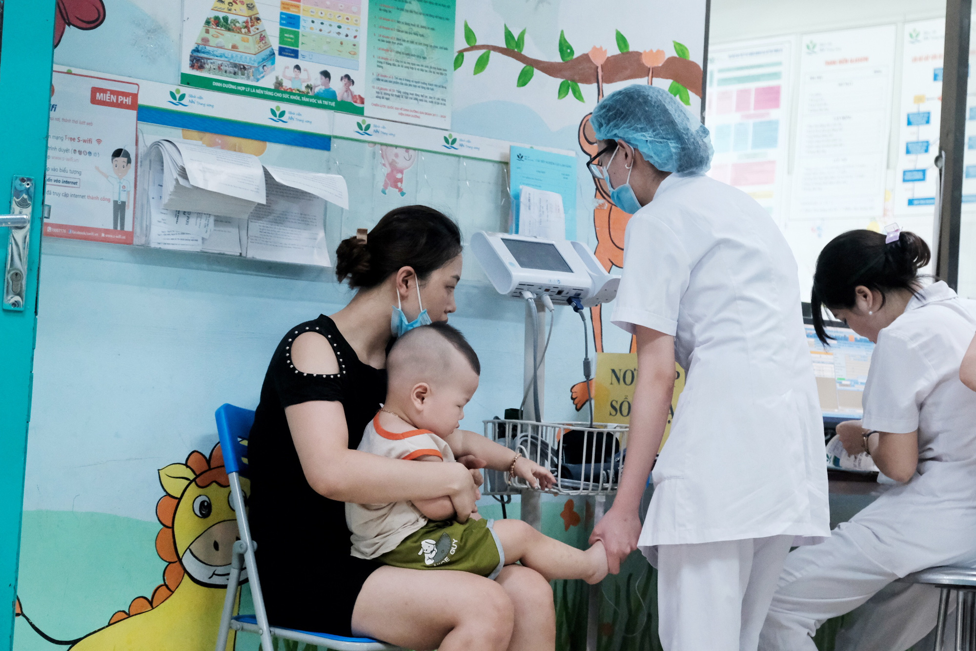 A young boy is being examined at the Vietnam National Children's Hospital in Hanoi, June 23, 2020. Photo: Mai Thuong / Tuoi Tre