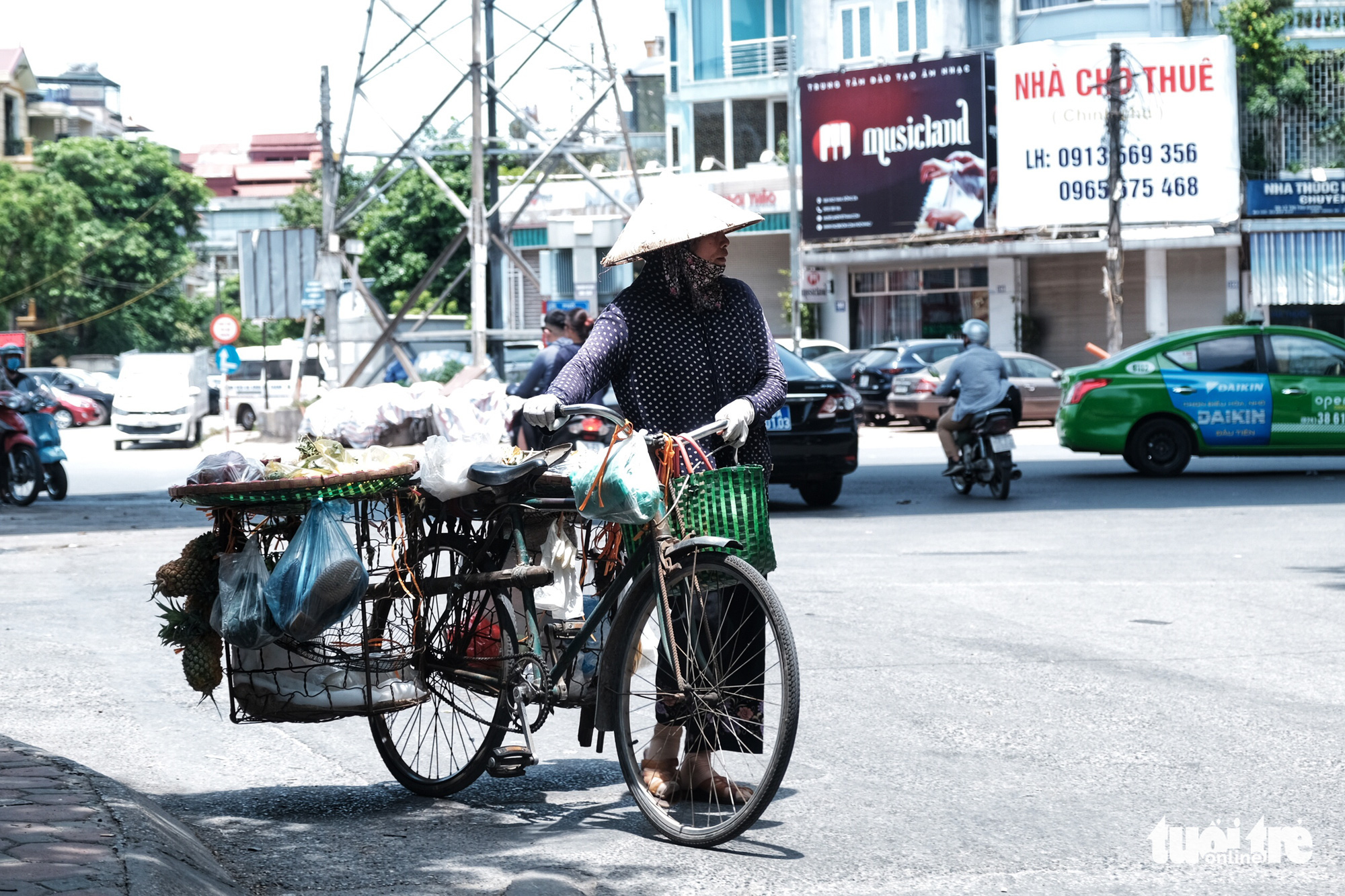 A street vendor earns a living in the scorching weather in Hanoi, June 23, 2020. Photo: Mai Thuong / Tuoi Tre