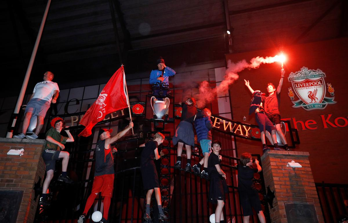 Liverpool fans celebrate winning the Premier League outside Anfield with flares after Chelsea won their match against Manchester City, Liverpool, Britain, June 25, 2020. Photo: Reuters