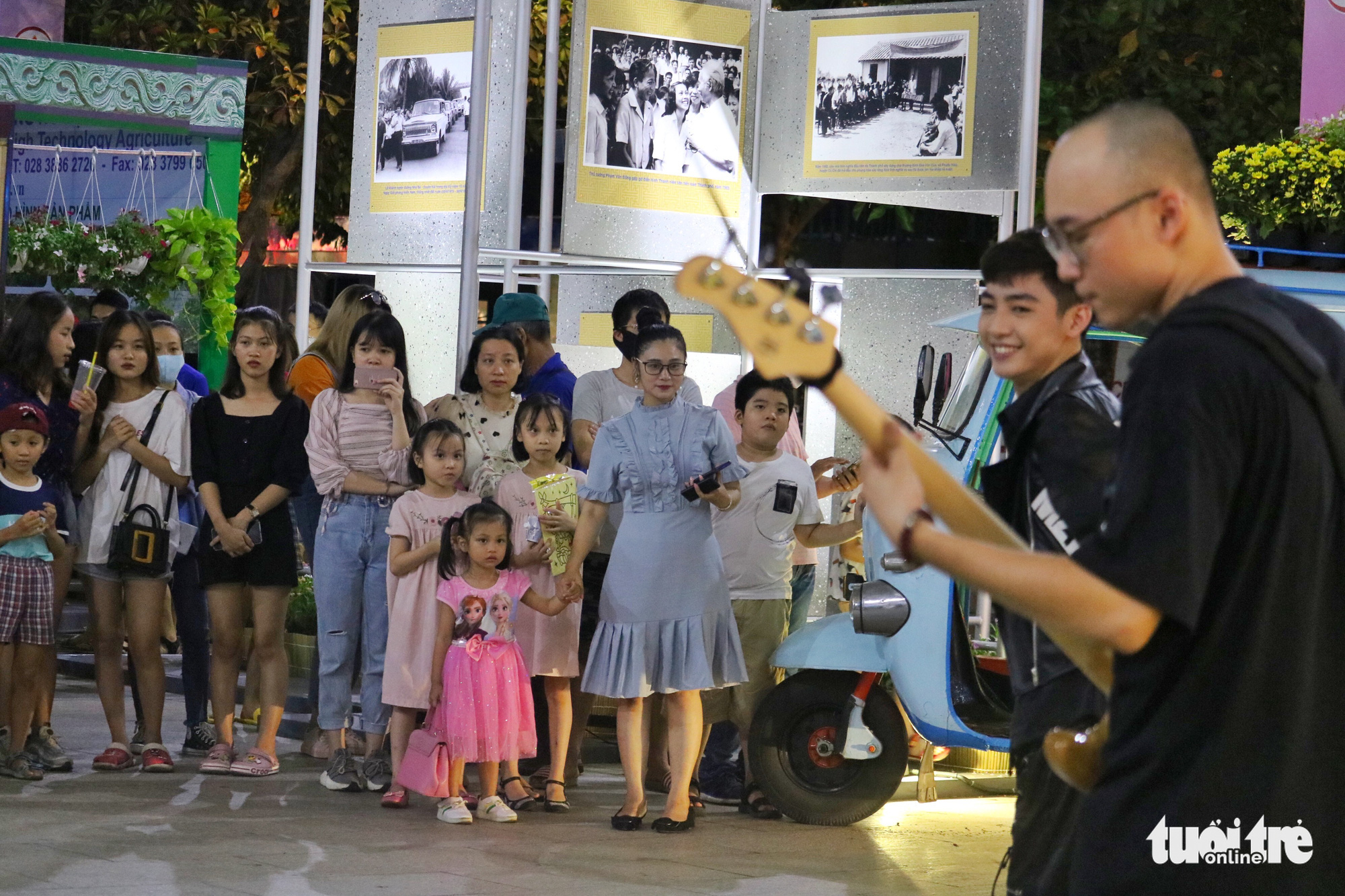 Participants enjoy an electronic dance music performance at the Ho Chi Minh City Ao Dai Festival at Nguyen Hue Walking Street, Ho Chi Minh City, June 27, 2020. Photo: Ngoc Phuong / Tuoi Tre