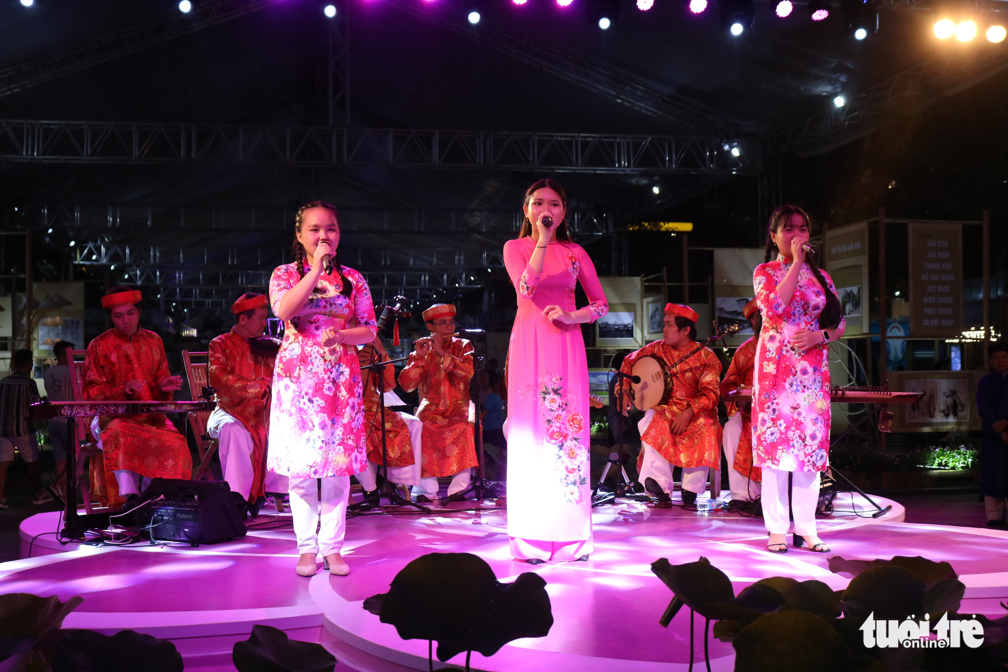 <em>A folk music performance during the Ho Chi Minh City Ao Dai Festival at Nguyen Hue Pedestrian Street in Ho Chi Minh City, June 27, 2020. Photo: </em>Ngoc Phuong / Tuoi Tre