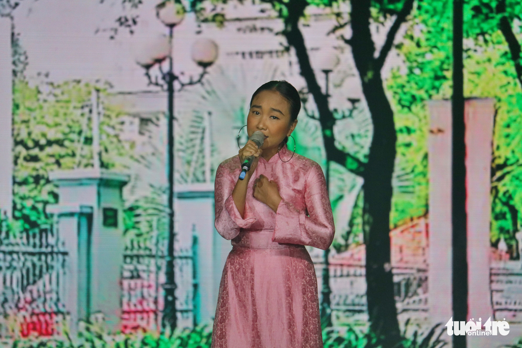 Singer Doan Trang performs at the Ho Chi Minh City Ao Dai Festival at Nguyen Hue Walking Street, Ho Chi Minh City, June 27, 2020. Photo: Ngoc Phuong / Tuoi Tre