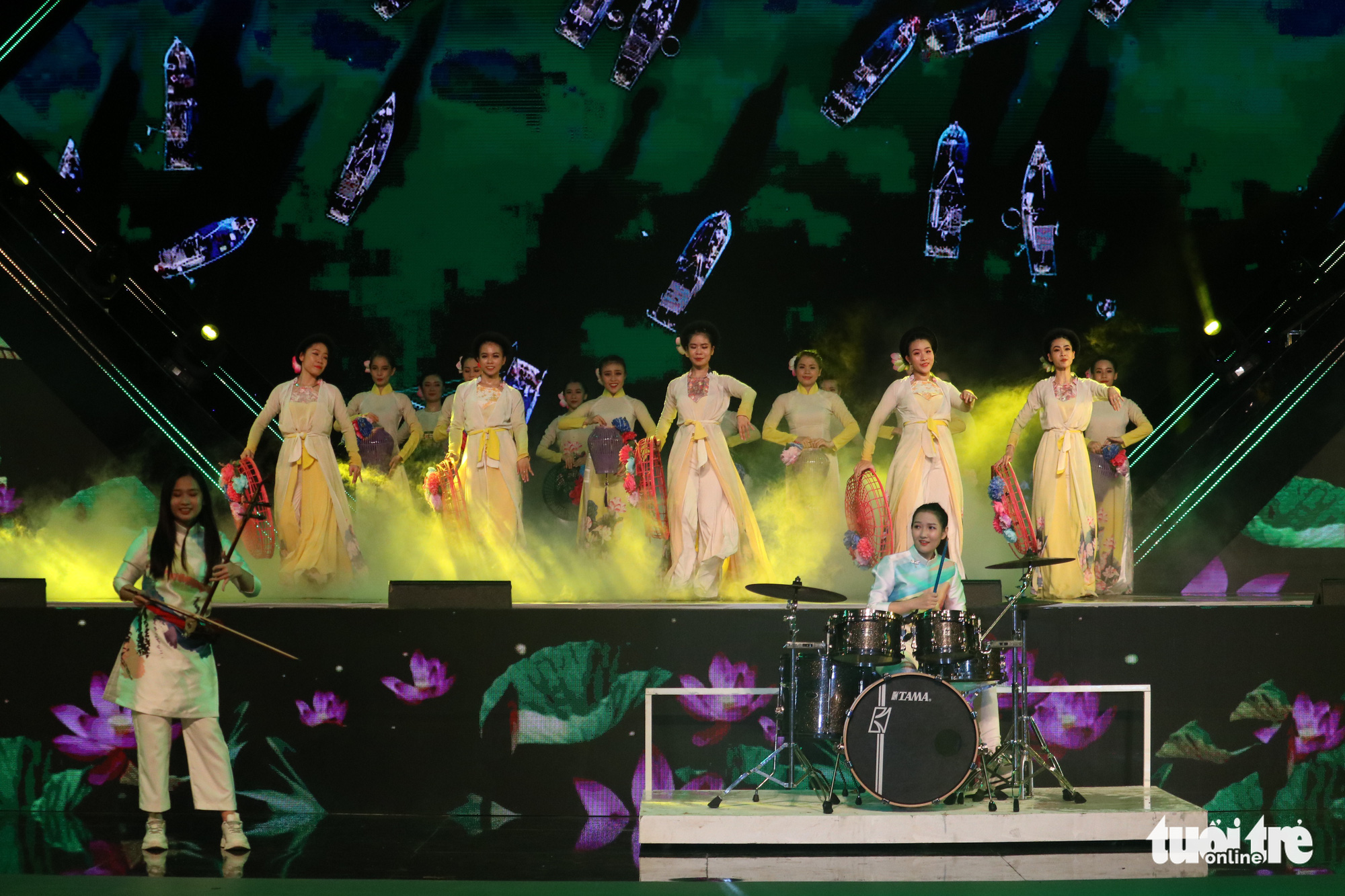 A performance during the  Ho Chi Minh City Ao Dai Festival at Nguyen Hue Walking Street, Ho Chi Minh City, June 27, 2020. Photo: Ngoc Phuong / Tuoi Tre