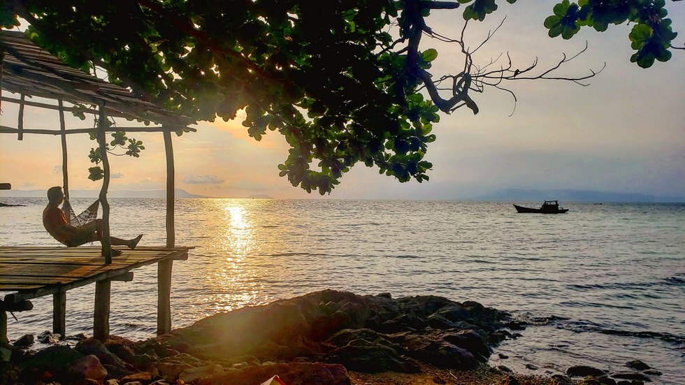 Tourists can unwind in hammocks while relishing sunset in the Hai Tac archipelago off Ha Tien City in Kien Giang Province, Vietnam's Mekong Delta. Photo: Gia Tien / Tuoi Tre