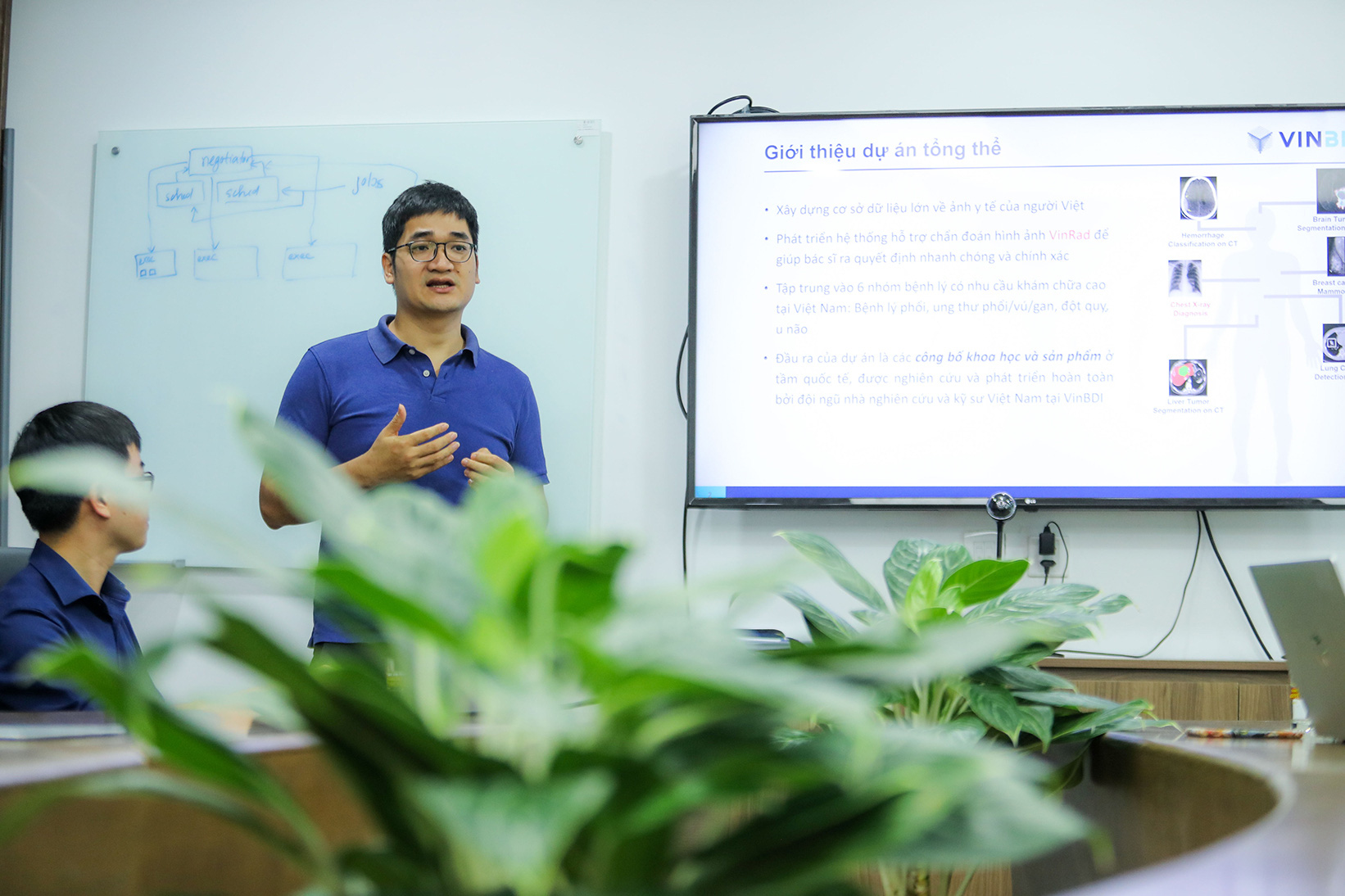 Dr. Nguyen Quy Ha, head of the Medical Imaging Department at VinBDI, delivers a presentation on the AI VinDr medical image analysis solution. Photo: Tuoi Tre