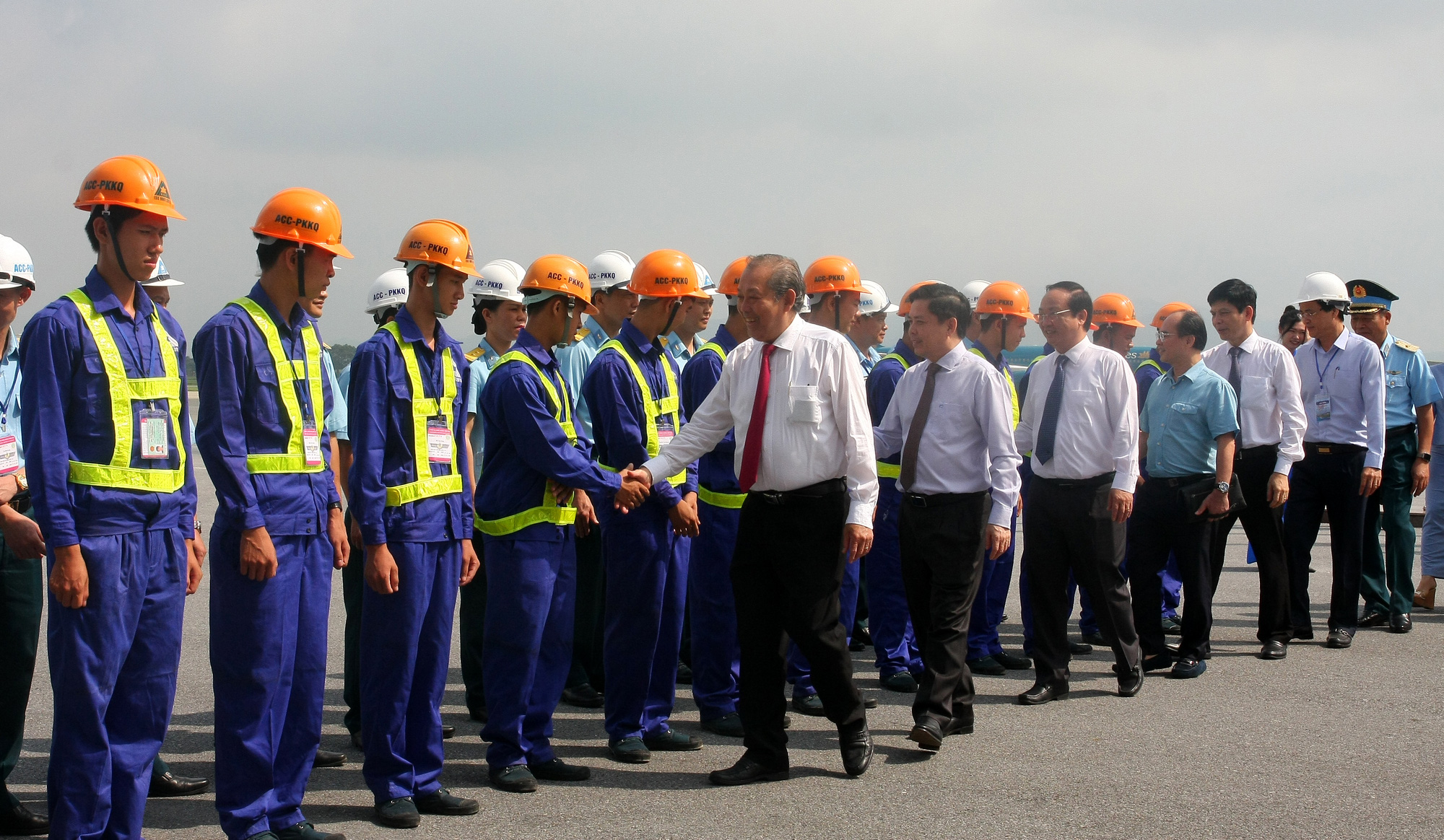 Deputy Prime Minister Truong Hoa Binh shakes hands with a team of workers in charge of carrying out airport runway upgrade projects at Noi Bai International Airport in Hanoi. Photo: Tuan Phung / Tuoi Tre