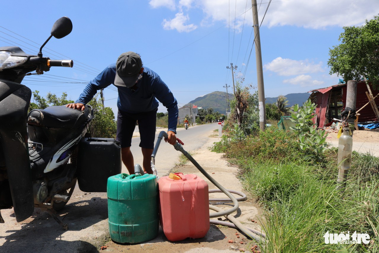 A resident buys clean water in My Chanh Commune, Binh Dinh Province, Vietnam. Photo: Thai Thinh / Tuoi Tre