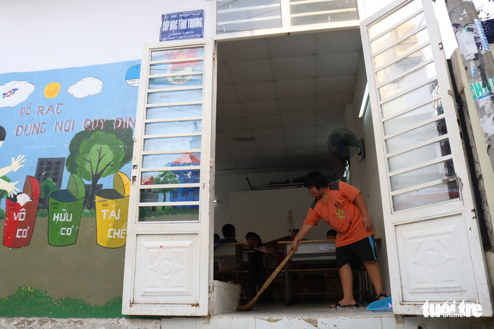 A student cleans the classroom in this special class for underprivileged children in Ho Chi Minh City, Vietnam. Photo: Ngoc Phuong / Tuoi Tre