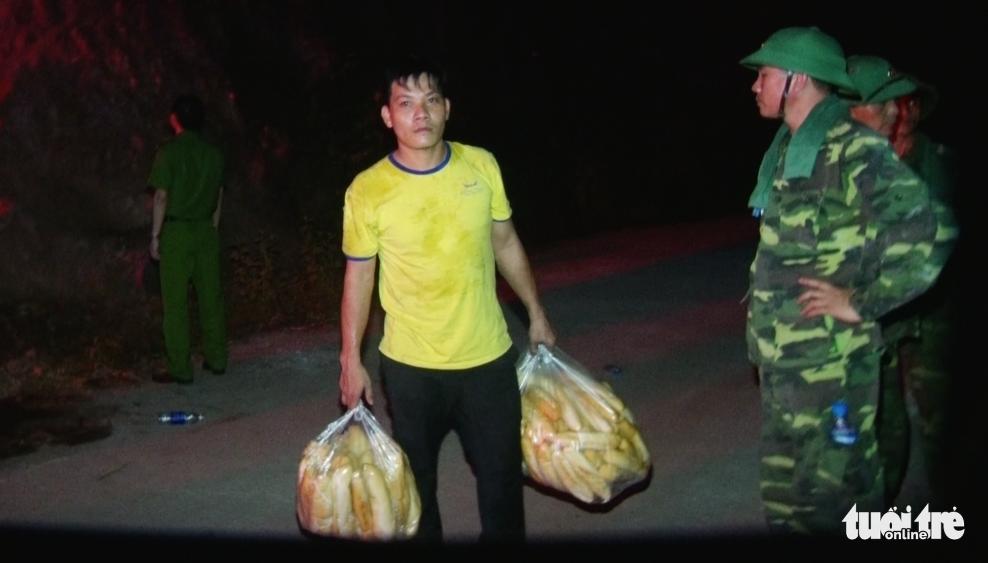 A man carries bread to supply to firefighters in Nghe An Province, Vietnam, June 29, 2020. Photo: Doan Hoa / Tuoi Tre