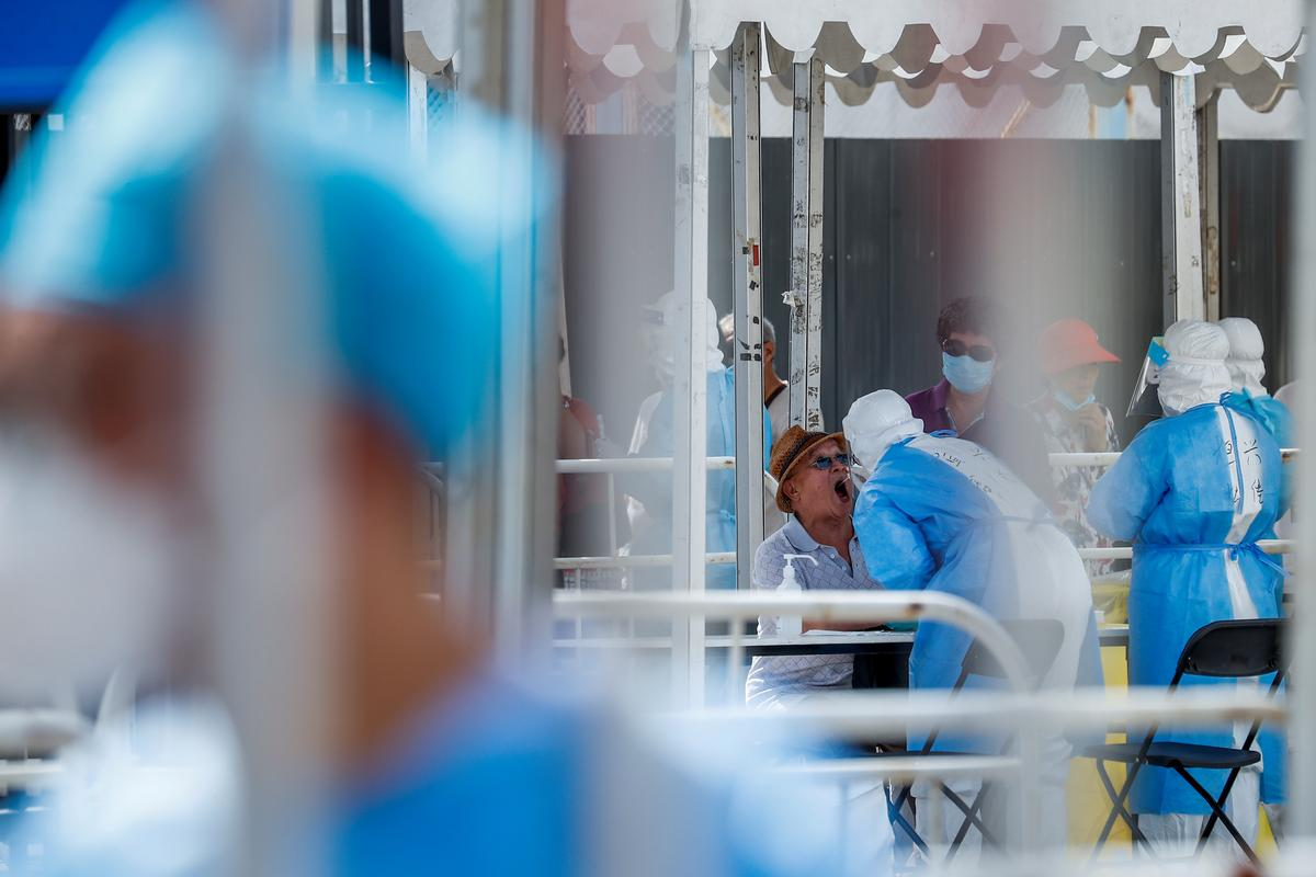Medical workers conduct nucleic acid tests at a temporary testing site after a new outbreak of the coronavirus disease (COVID-19) in Beijing, China June 30, 2020. Photo: Reuters