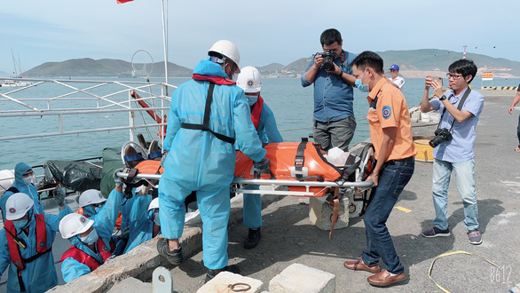 Ukraine's Kaidalov Oleksandr, 28, who was aboard the IAH H ship on its way from China to Malaysia is carried on a stretcher to a hospital in Khanh Hoa Province, Vietnam, July 2, 2020. Photo: Van Binh / Tuoi Tre