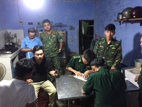 Border guard officers take the testimony of witnesses to a drowning incident at Thong Nhat Beach in Dien Ban Town, Quang Nam Province, Vietnam, July 5, 2020. Photo: B. D. / Tuoi Tre