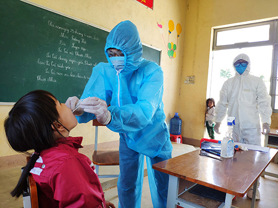 A young girl is being tested for diphtheria in Vietnam's Central Highlands. Photo: Van Tien / Tuoi Tre