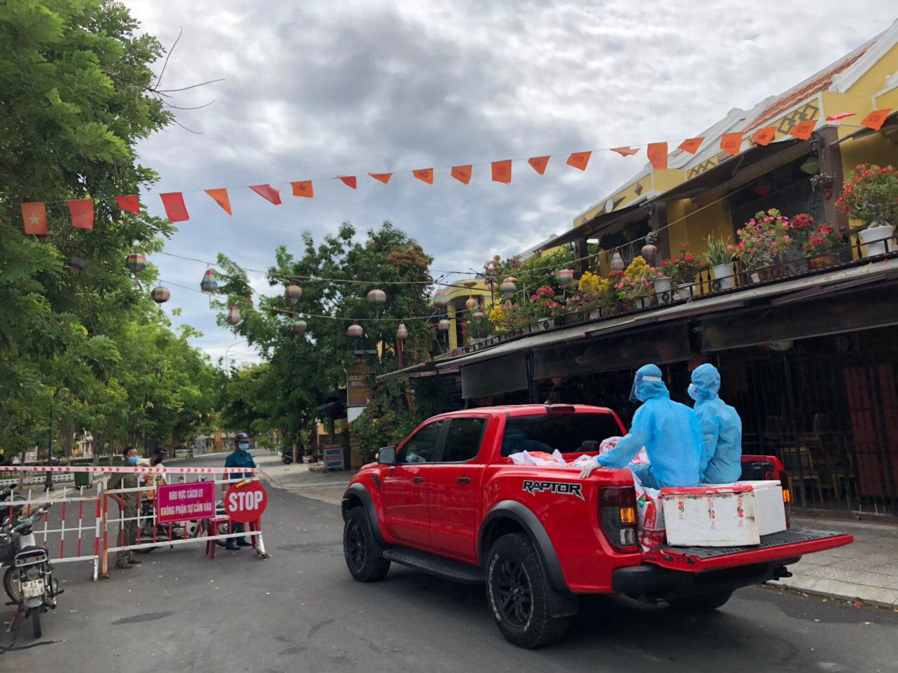Trucks distribute essentials to Hoi An residents under COVID-19 social distancing rules