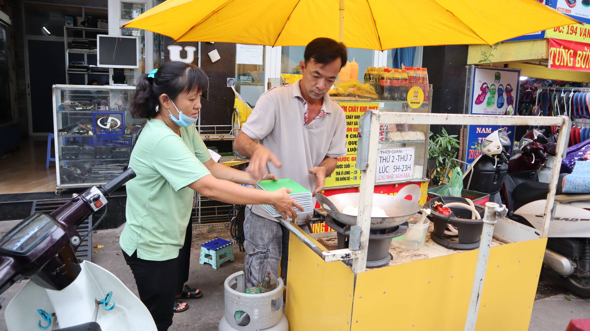 Deaf-mute couple runs street food stall in Saigon with smiles, sign language