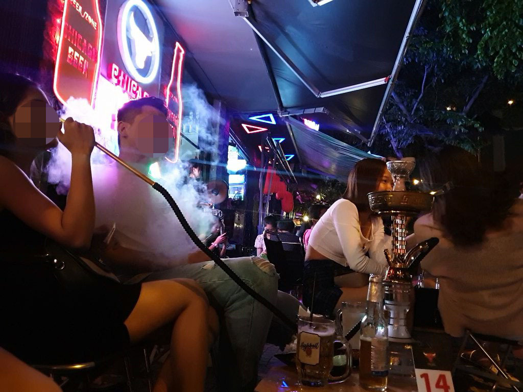 Beer joints steal sidewalks, cause noise pollution on Saigon avenue