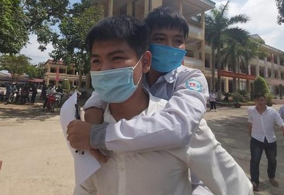 Vietnamese student carrying friend piggyback in decade gets free admission to university