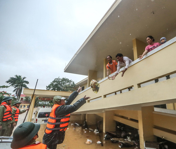 Flooding strands hundreds of patients in central Vietnam hospital
