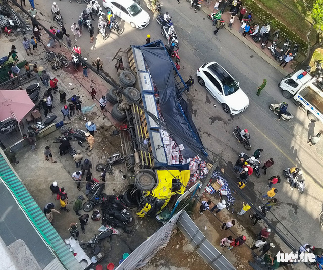 Parked truck slides downhill, crashes into motorbikes in Vietnam's Central Highlands