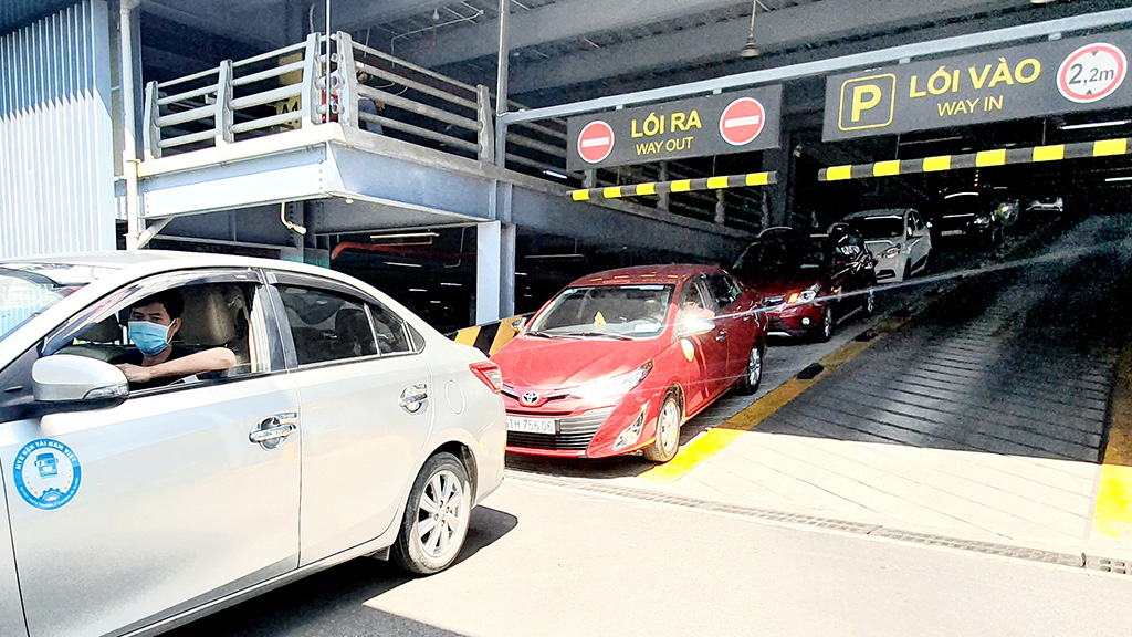 New procedures pose inconvenience for drivers, passengers of ride-hailing apps at Saigon airport