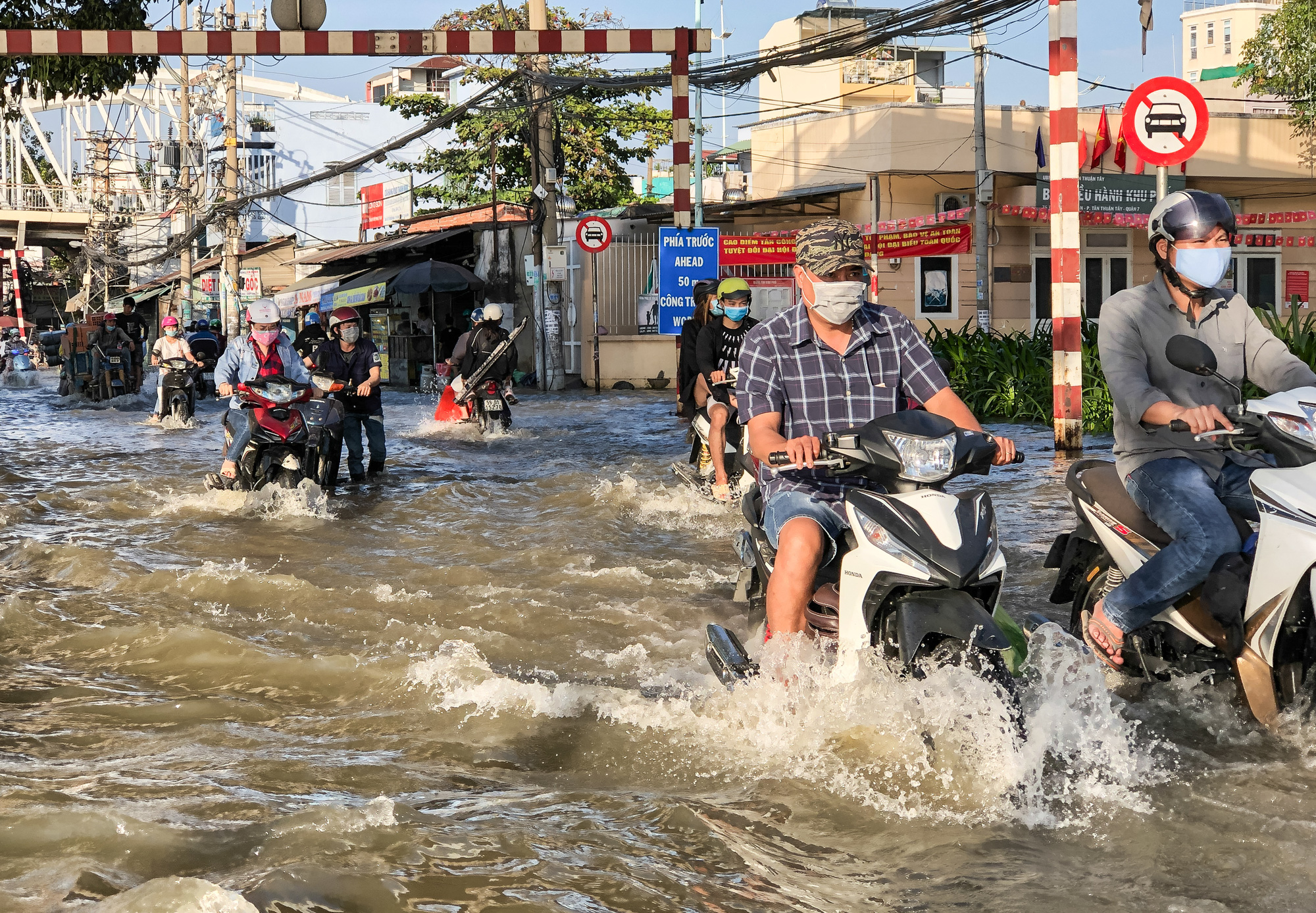 Year's highest tide submerges roads in Ho Chi Minh City