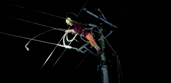 Mass electricity outage blacks out central Vietnam after Storm Vamco destruction