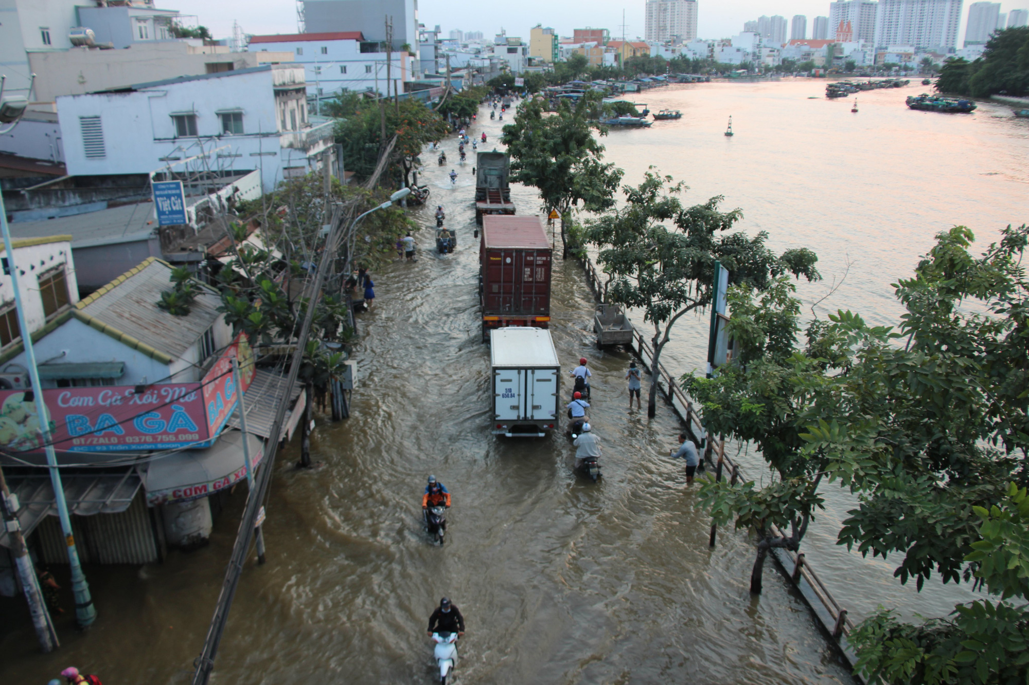 Ho Chi Minh City residents struggle with year's highest tide