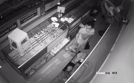 Ho Chi Minh City police hunt for jewelry store thief who broke in via roof