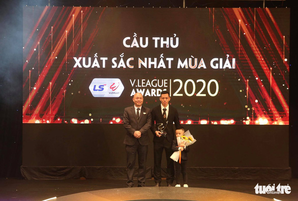 Hanoi FC's captain named best player of Vietnam's 2020 top-flight football tournament
