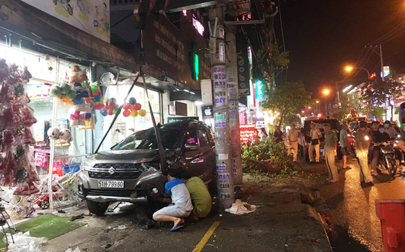 Two hospitalized as car collides with multiple motorbikes in Ho Chi Minh City