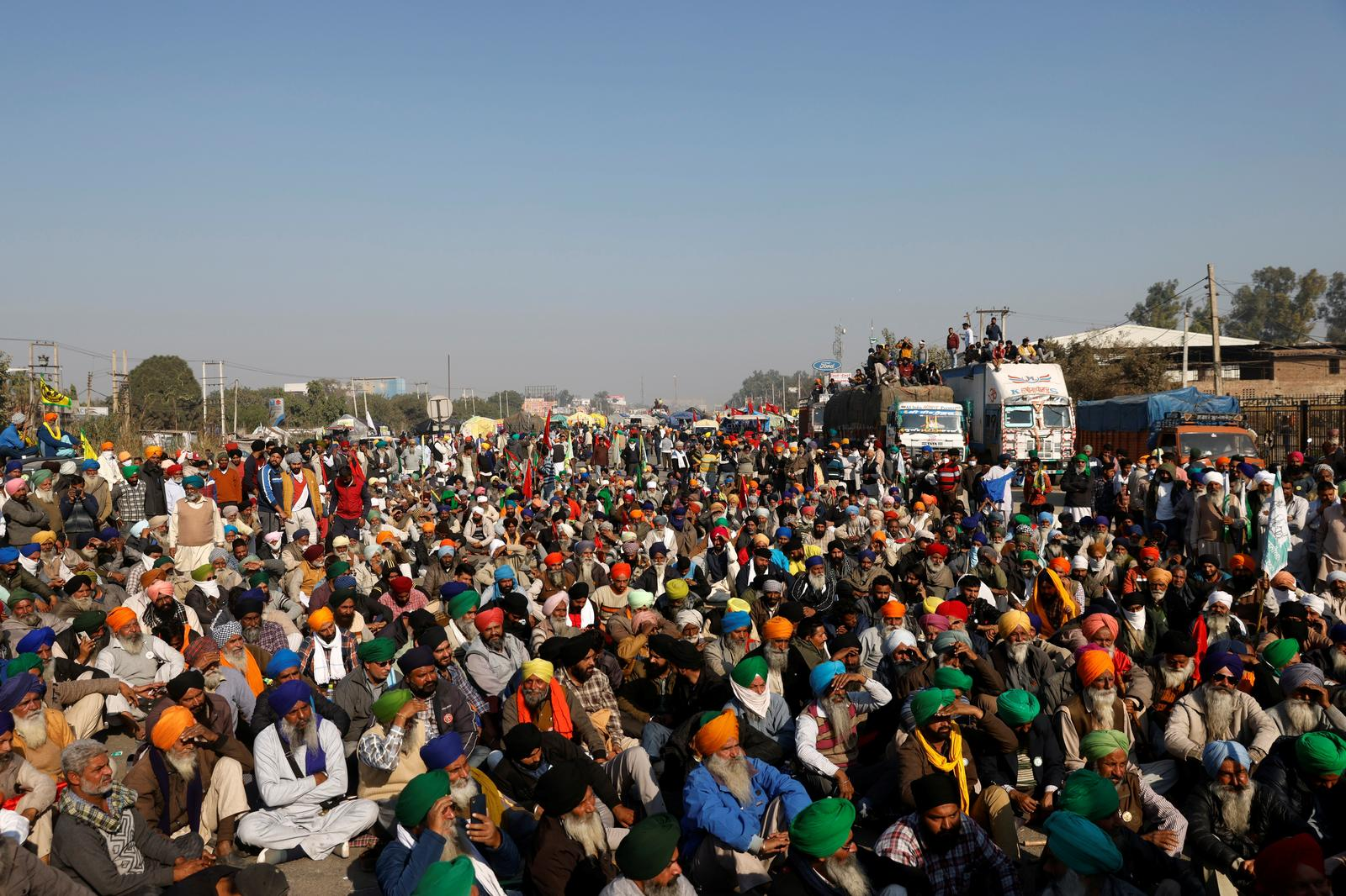 Thousands of protesting farmers and police face-off at New Delhi border