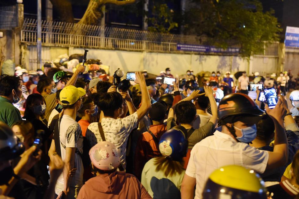 'Citizen reporters' interrupt memorial service for Vietnamese comedian