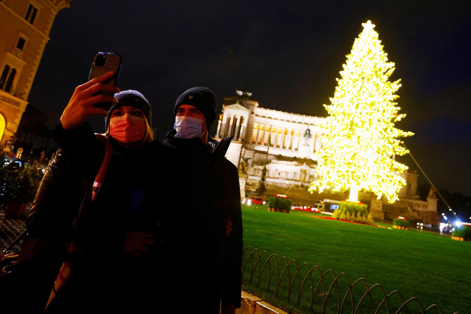 Shoppers flood Italian cities as government debates Christmas curbs