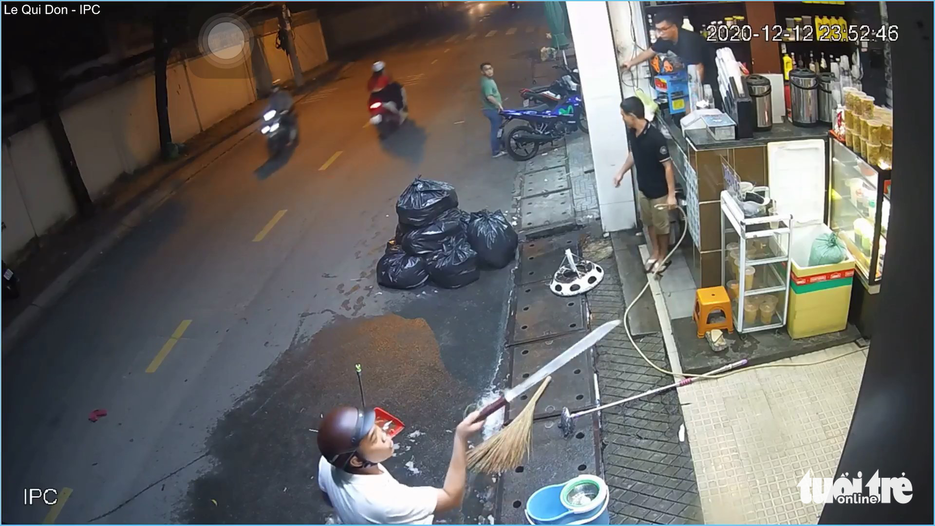 Man threatens bystanders with machete after brutally beating woman in Ho Chi Minh City