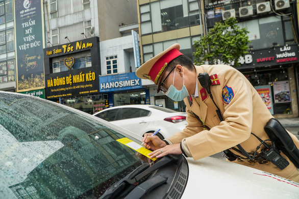 Hanoi traffic police start attaching parking tickets to car windshields
