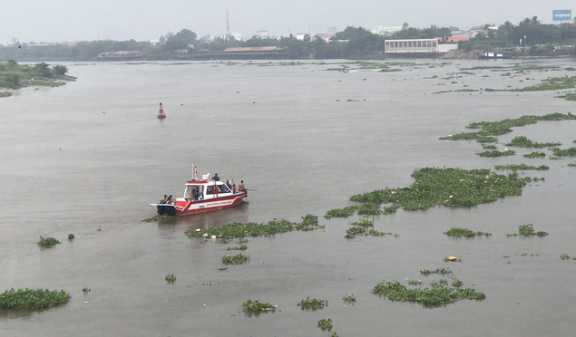 Woman missing after boat-barge crash on Saigon River