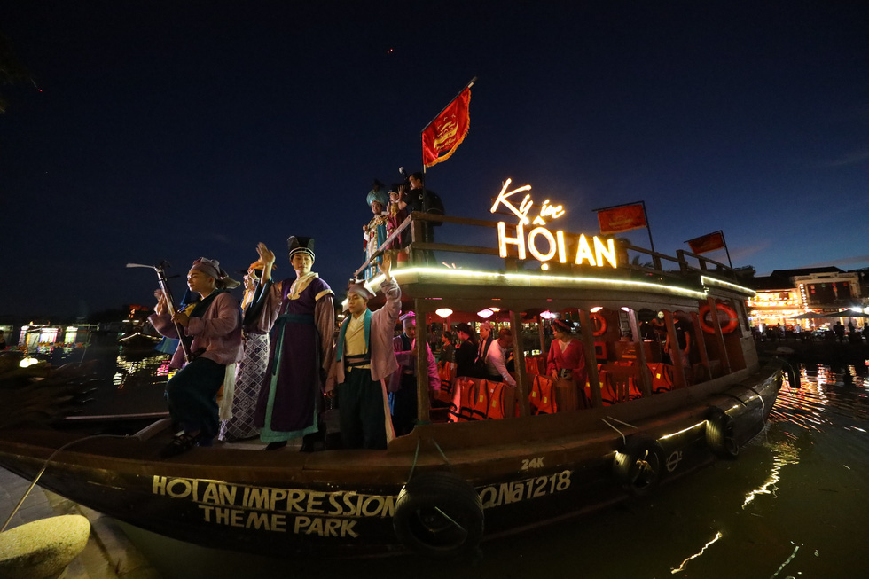 People enjoy night of mass art show in Vietnam's Hoi An