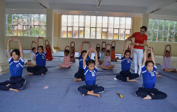 Vietnamese woman keeps kids fit, boosts school performance with free yoga training