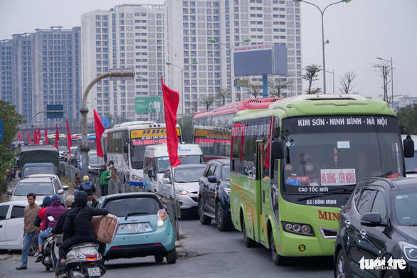 Inbound traffic freezes Hanoi highways on last day of New Year holiday weekend
